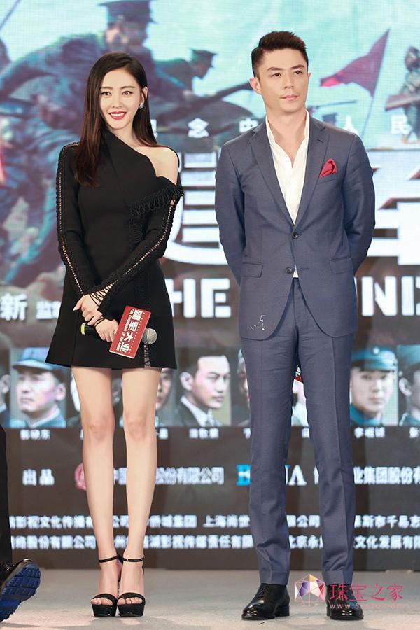 张天爱以CHAUMET珠宝伴身出席电影《建军大业》首映礼