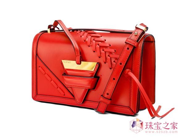 全中国仅此一件的Giorgio Armani包袋乃至全球唯一一件的Mikimoto、Piaget级珠宝等稀世珍品也将在此面向公众首次展出,标榜与众不同的品味与地位。Bulgari、Christofle、Roger Vivier、Trussardi、UGG等品牌纷纷推出其吸睛无数的限量款产品,更有Mulberry中国大陆地区内上海的恒隆广场独家发行的Portrait包袋、Moschino中国限量版包袋和印花大衣以及Dsquared2 的10件中国限量版单品进行独家限量发售。