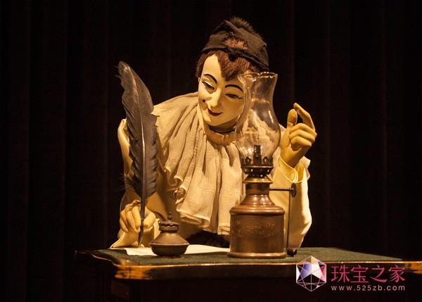 博物馆中还陈列着一个雅克德罗的鸟笼钟。鸟笼钟最初的做法,就是通过八音盒来模拟雀鸟的鸣叫,声音拟真度一般,雀鸟真实活动的状态更是难以重现。