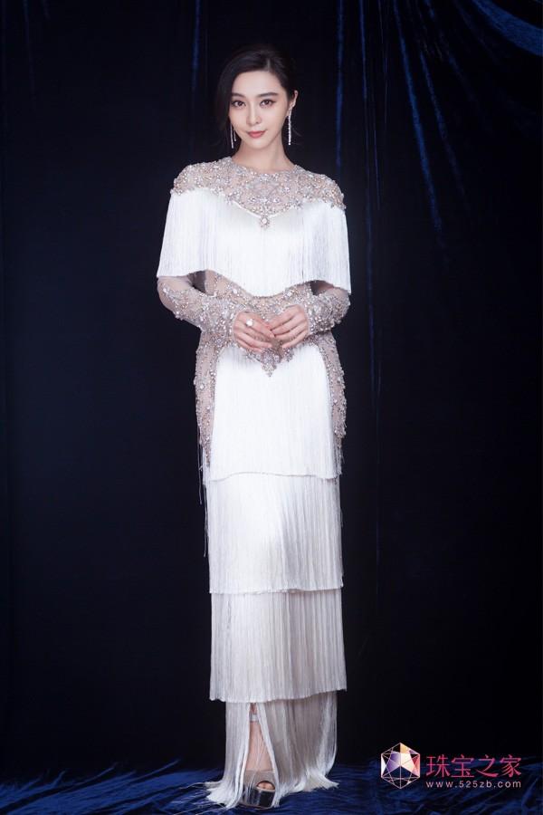范冰冰白色流苏长裙,佩戴戴比尔斯亮相明星慈善夜