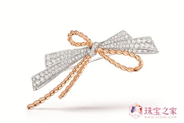 CHAUMET雅绅张艺兴与CHAUMET Liens évidence誓·缘戒指与Abeille蜜蜂胸针相伴,登上《时尚芭莎》150周年10月纪念刊封面。