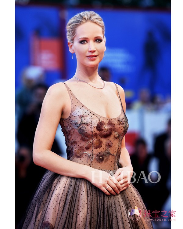 奥斯卡影后詹妮弗·劳伦斯 (Jennifer Lawrence) 佩戴蒂芙尼 (Tiffany & Co.) 珠宝亮相第74届威尼斯国际电影节
