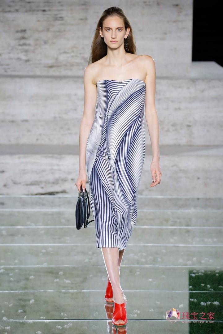 意大利奢侈品牌 Salvatore Ferragamo(菲拉格慕)于米兰时装周发布2018春夏系列时装秀,本季系列品牌把经典元素蟒纹融入到服装中,柔滑的绸缎面料,女性化的印花镂空都使这场秀优雅高贵