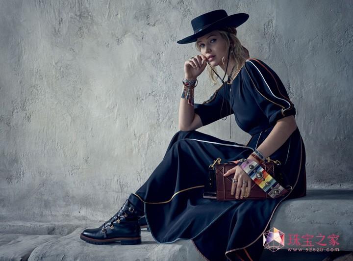 詹妮弗·劳伦斯淋漓演绎2018早春度假系列独有的女性魅力,并展现本系列与自然的亲密关系。她时而身穿飘逸长裙,身披点缀沙漠之花图案的长开衫,搭配缀满护身符的项链,时而以休闲方式穿着经过全新演绎的Bar外套,搭配经典长裤和白色衬衫,头顶史蒂芬·琼斯(Stephen Jones)设计的毡帽,脖颈间轻系一条围巾。J'adior和Lady Dior手袋时而点缀充满生机的大地色系,时而搭配一条借鉴美洲印第安刺绣工艺的精美肩背带,使女星的整体造型更臻完美