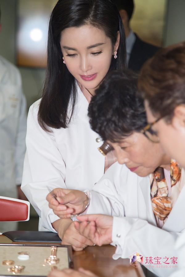 李冰冰与父母同游琉森,宝齐莱马利龙缘动力女装腕表温暖寄真情