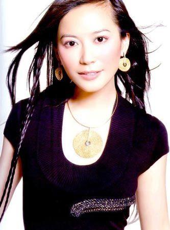 长发飘飘的俞飞鸿,黑色服装与金色耳饰及项链的搭配,也十分经典!图片