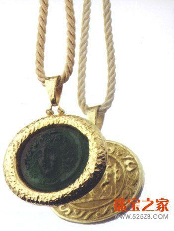 利用这种宝石设计的首饰亦庄亦谐,与各种表面效果的贵金属都可以进行