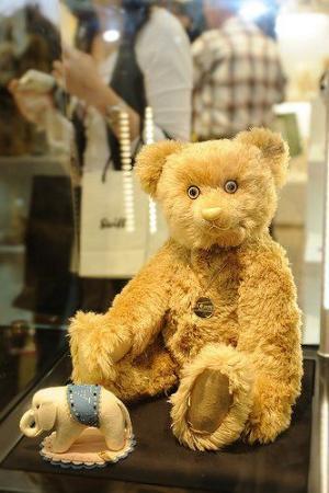 眼睛用蓝宝石镶成 史上最奢侈的泰迪熊