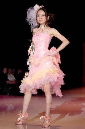 ecky穿自己设计的婚纱走秀