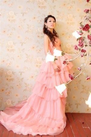 徐曼儿粉色浪漫 演绎今夏婚纱新风尚