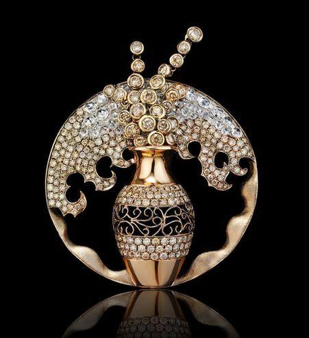 万宝宝是一位珠宝设计师,其父万季飞现在是中国国际贸易促进委员会