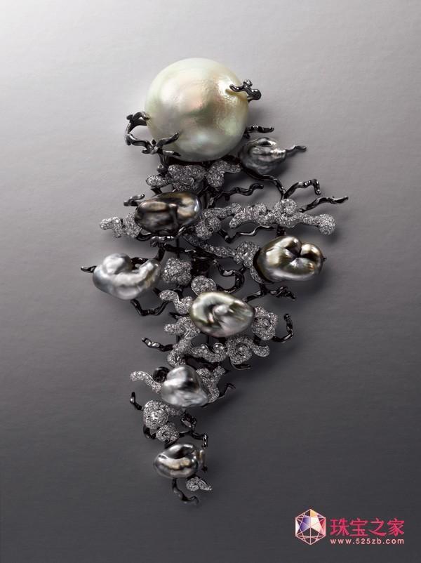 """据珠宝之家网编辑了解,国际珠宝设计大奖2011已经选出入围决赛作品。这个国际设计大奖旨在表扬精英中之精英,提供一个平台予来自世界各地珠宝设计比赛的冠军得主交流设计经验,并角逐珠宝设计的最高殊荣 —""""冠军中之冠军""""。香港贸易发展局珠宝业谘询委员会2010/2011暨香港国际珠宝展筹备委员会2011主席马墉宜表示:""""大会今届共收到超过100份来自21个国家及地区的作品,7位来自世界各地的评判就作品的艺术创意、手工艺质量及整体美感以作出评审。""""得奖作品"""