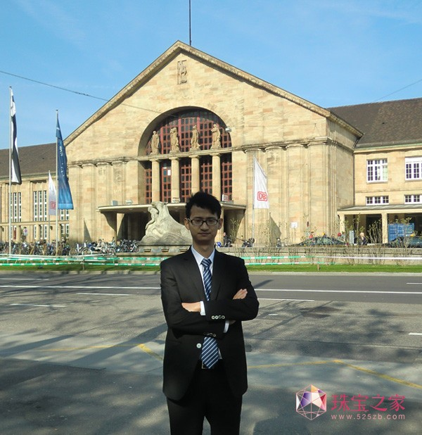 珠宝U乐娱乐官网师陈功在瑞士巴塞尔DB 火车站