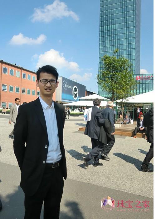 珠宝U乐娱乐官网师陈功在2011瑞士巴塞尔钟表珠宝U乐娱乐官网2.0馆广场