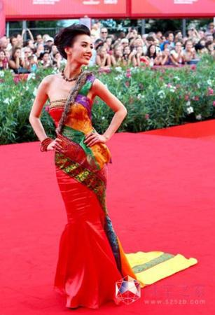 黄圣依佩戴过亿天珠亮相威尼斯红毯