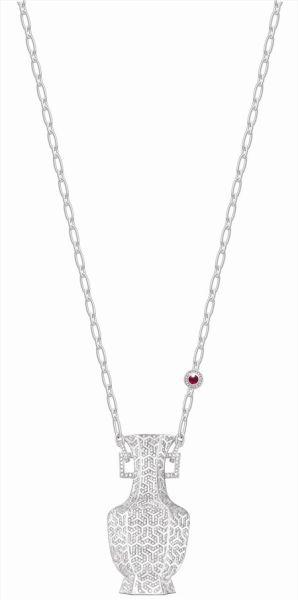 """限量版的""""春秋""""宝瓶吊坠 18K白金镶嵌钻石带一个可调的红宝石项链扣"""