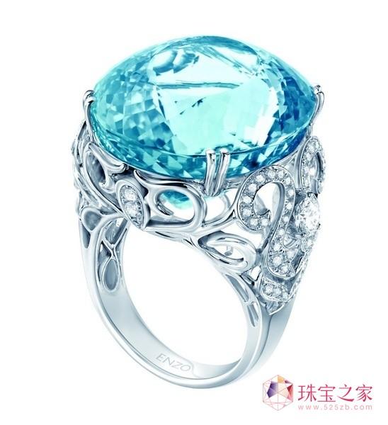 宝石巧妙地放在一起,组成了如大海一样丰富迷人的珠宝首饰,包高清图片