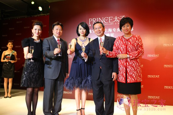 刘嘉玲小姐、邓钜明先生、邓宣宏雁女士、朱继陶先生及朱邓丽萍女士主持祝酒仪式