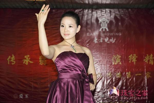 东方晓鸣2011北京国际珠宝展绚丽演出 东方晓鸣公司团队成员展示珠宝