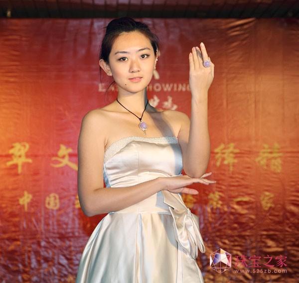东方晓鸣2011北京国际珠宝展绚丽演出 模特展示紫翡梦幻