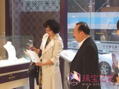 丰沛珠宝董事张帆先生为高敏女士介绍珍珠产品