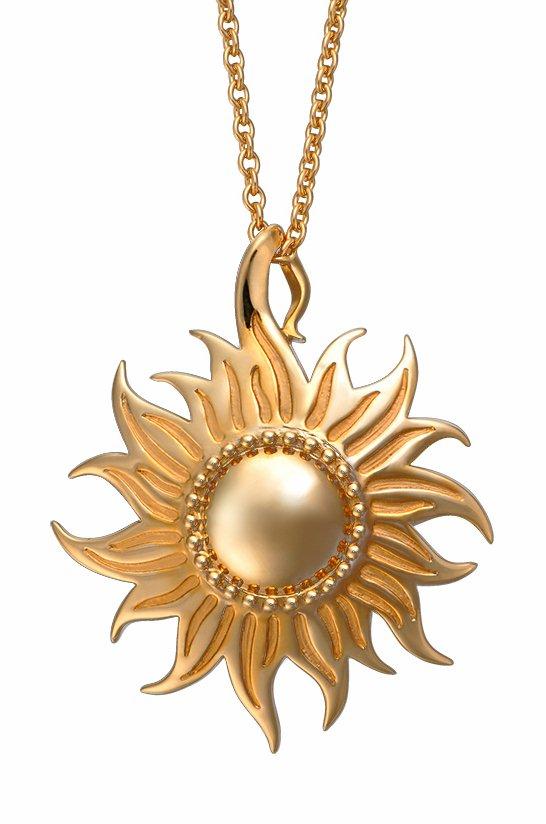 这几件极具西班牙珠宝特质的首饰,是由Carrera y Carrera珠宝公司制作的。Carrera y Carrera珠宝的设计充满激情、活力,整体风格使人感觉到光明和喜悦,展示了人们对美的向往与追求。   Carrera y Carrera每年推出的两个系列产品的主题大多是以植物、动物、神话和人体为主。金灿灿的太阳光下,栀子花在玉盘中静静的绽放,一缕竹叶在风中摇曳。这里每一件首饰都给人以清新的时尚感觉,自然界主题在这里既展现了珠宝的华贵同时又不失花草们本身的优雅。Carrera y Carrera的