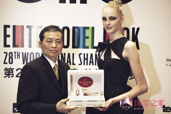 由宝齐来香港有限公司名誉主席及行政总裁曾国雄先生颁赠给Elite Model冠军一只宝齐莱雅丽嘉皇家系列(Alacria Royal) 红宝石腕表,价值人民敝一百七十八万。