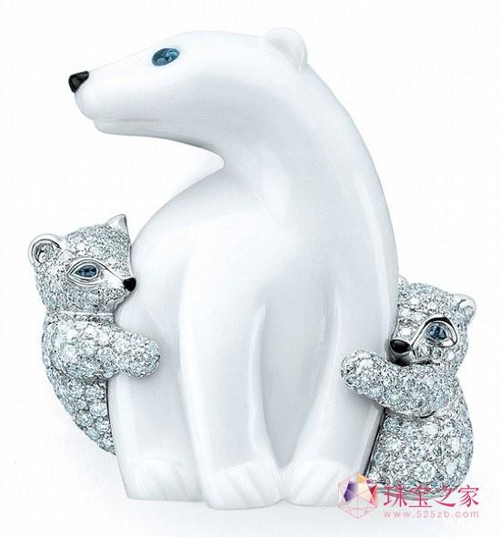Tiffany & Co.以白玉髓雕刻捕捉北极熊的温馨神态,希望能引发大众对自然界的珍惜