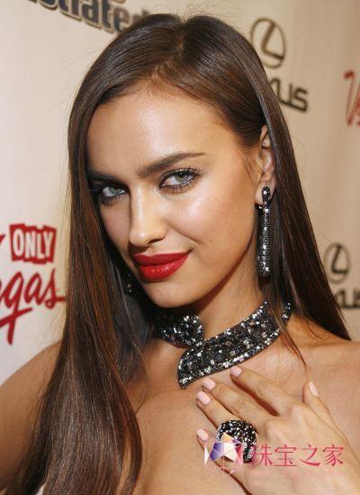 Irina佩戴de GRISOGONO镶满黑钻的高级珠宝系列耳环、项链和戒指现身庆祝派对