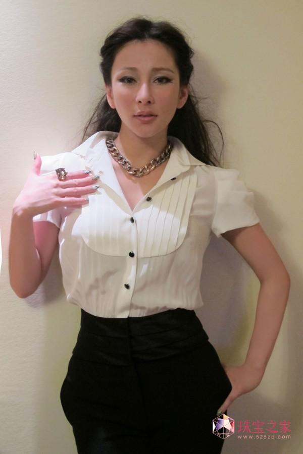 温岚佩戴宝曼兰朵珠宝 狂野歌姬演绎女王风范