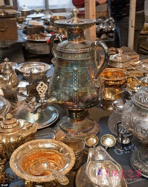 俄古宅发现千余件贵重珠宝银器 尚未估价