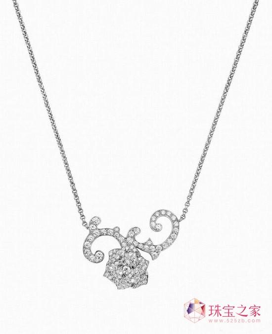 PIAGET ROSE系列珠宝包括戒环、耳环、项链等一应俱全,作品包括不到十万元即可拥有的巧致玫瑰戒环,亦有全球限量一只的微缩珐琅彩绘玫瑰腕表、千万元的顶级珠宝与钻石神秘表等,网罗具U乐娱乐官网感的配件U乐娱乐官网,适宜派对及各种场合的日常珠宝,以及最具伯爵代表性的华美艺术作品,玫瑰的千姿百态一览无遗。