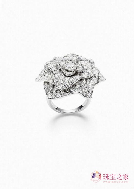 PIAGET ROSE系列珠宝包括戒环、耳环、项链等一应俱全,作品包括不到十万元即可拥有的巧致玫瑰戒环,亦有全球限量一只的微缩珐琅彩绘玫瑰腕表、千万元的顶级珠宝与钻石神秘表等,网罗具时尚感的配件设计,适宜派对及各种场合的日常珠宝,以及最具伯爵代表性的华美艺术作品,玫瑰的千姿百态一览无遗。
