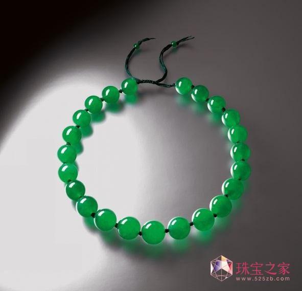 全场焦点是一条由23颗罕见大颗的翡翠玉珠项链,以69,384,000港元成为本季拍卖之最高成交价拍品;这条透明度极高的翡翠项炼,玉珠颗颗匀称饱满,尺寸介乎约21.54至16.61毫米,其透明度令人馋涎和并有极佳的绿色,是翡翠之上品