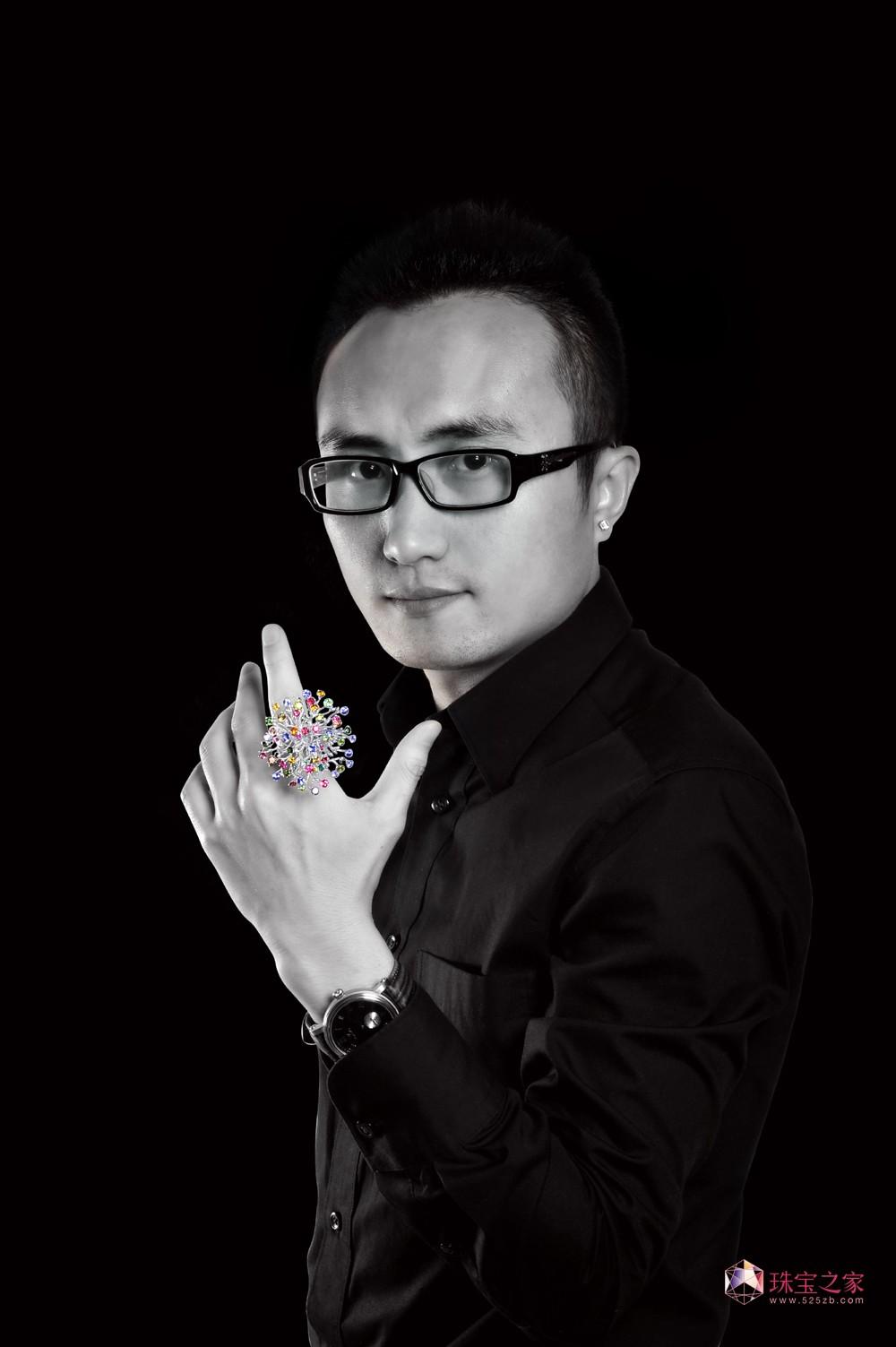 珠寶之家:您是怎么開始做藝術珠寶的? 潘焱:對于藝術珠寶的熱愛我是從參加設計大賽開始慢慢喜歡上那些原創的有藝術文化價值的珠寶首飾。珠寶首飾不僅是一種貴重稀有產品,而且也是可以流傳百世的古董首飾?;谝陨蠋c對珠寶首飾的藝術價值和工藝要求就顯得更加嚴格和考究了。