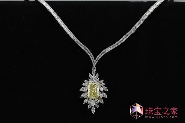 MARIKA所拥有的创作思想,亦符合MONETA一贯追求的产品理念。而MARIKA亲自参与设计MONETA自然花语系列珠宝饰品,采用自然界内纯粹的花朵作为题材,与钻石搭配,每一朵都是爱与智慧的结晶。她的作品不但能体现佩戴者的气质与品位,且更具有艺术收藏价值。