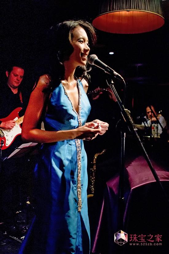 莫文蔚佩戴DE BEERS戴比尔斯钻石珠宝,登上英国伦敦爵士乐圣殿RONNIE SCOTT'S舞台