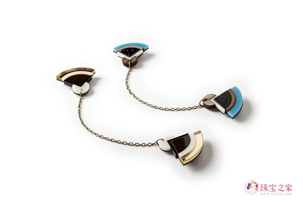 """来自英国珠宝品牌Nylon Sky在2013年推出全新""""几何图案""""珠宝首饰,以大胆的设计、创新的颜色制作而成。品牌Nylon Sky珠宝系列灵感来自远东日本传统文化和历史的元素,在选用的材料和颜色上带来新鲜有趣的视觉冲击。珠宝上的条纹造型仿佛日本1800年代和1960年代的建筑风格,又仿若融入了日本和服韵味。结合日本传统文化与欧洲前沿设计的Nylon Sky珠宝,定能让你戴出不一样的民族韵味。"""