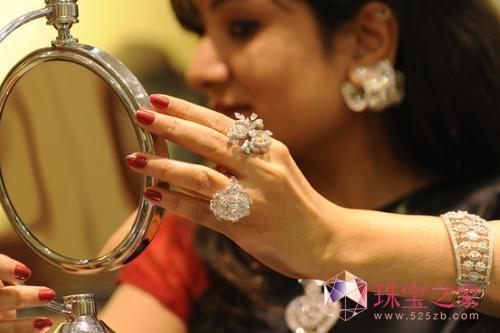 印度黄金热降温 钻石成新宠 2012年2月16日,在印度古吉拉特邦艾哈迈达巴德的钻石展上,一名女子在试戴钻石首饰。