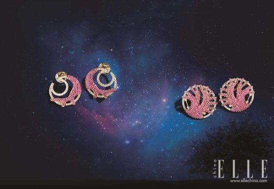 """星星、月亮、星座……这些在天空中出现的大自然之物都被设计师以唯美、抽象地方式""""拿""""到了珠宝上。此次,新系列亦充分融合了多种贵金属与珠宝,多种材质的运用将星空的变幻莫测演绎得淋漓尽致。"""