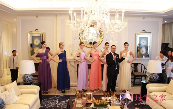 TTF董事长吴峰华向来宾介绍TTF高级珠宝品牌