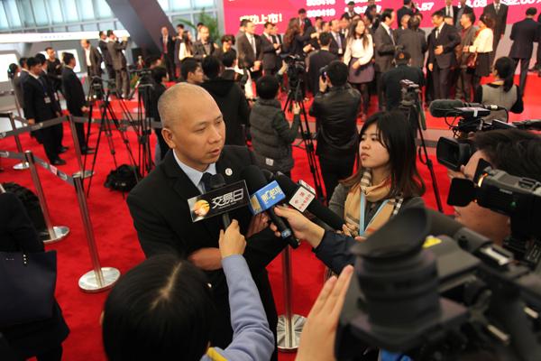 爱迪尔珠宝副董事长朱新武在现场答记者问