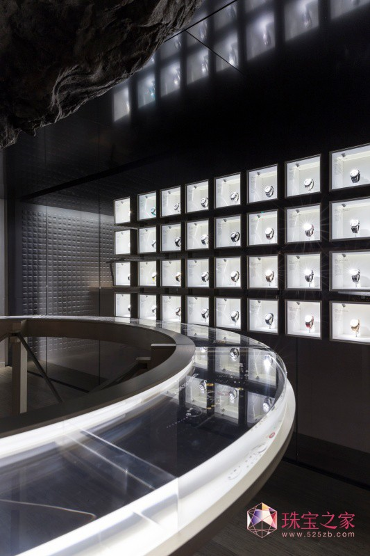 2014年迈阿密海滩巴塞尔艺术展,爱彼时计会客厅,由知名法国设计师Mathieu Lehanneu一手打造