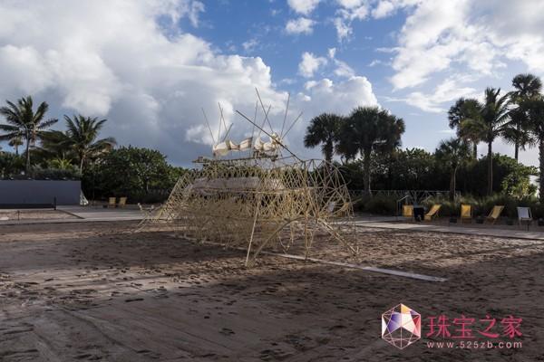 """艺术家Theo Jansen的作品,动态雕塑""""海滩生物"""",在迈阿密海滩巴塞尔艺术展上展出。"""