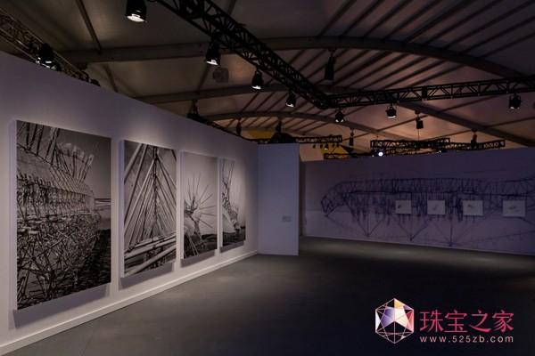 爱彼会客厅内展出艺术家Lena Herzog拍摄的精美黑白照片,以庆祝艺术家的新书《海滩生物:Theo Jansen的梦想机器》面世