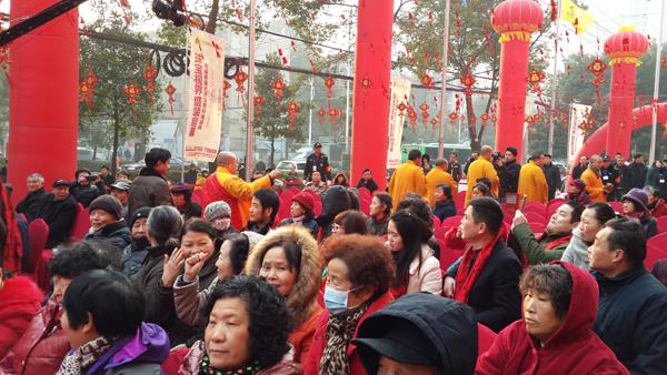 余福泰国际珠宝广场2月8日开业当天上午,归元寺能利大法师亲率僧人团现场祈福