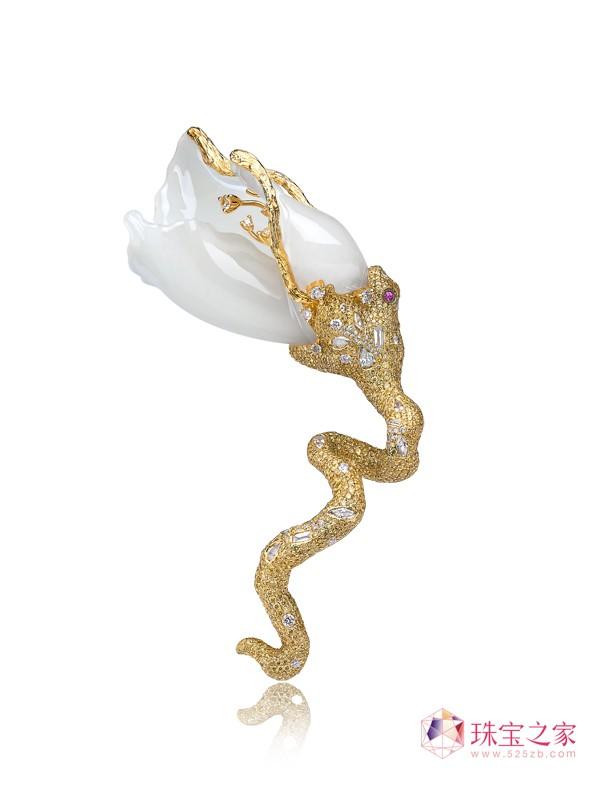 《夏娃的诱惑》18K金镶新疆和田羊脂籽玉、钻石及红宝石胸针
