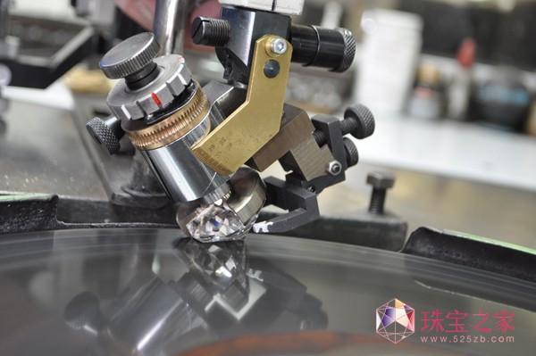 工匠们对重达507.55克拉的钻胚进行精密分析、切割与打磨</