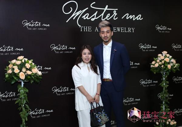 开幕式当天珠宝设计师马瑞与知名时尚杂志主编王敏女士