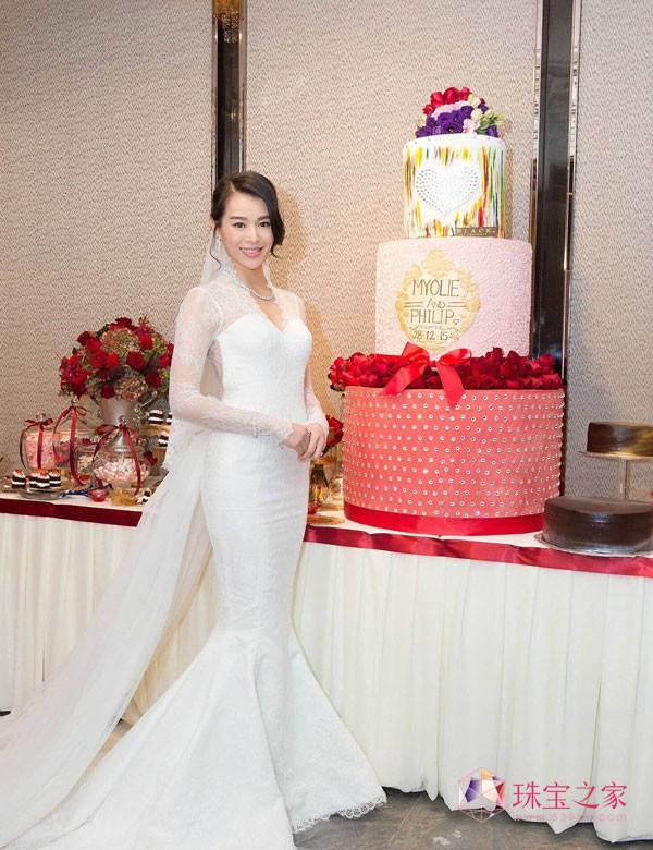 杏儿穿上充满古典美的高雅纯白鱼尾婚纱,身上上万粒宝仕奥莎的透明平底烫石VIVA12®犹如繁星般闪耀